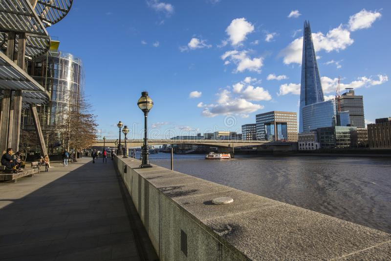 Promenera Themsenbanan i London arkivbilder