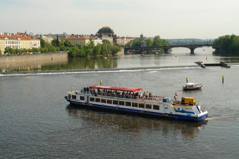Promenera Vltavaen med fartyget är ett tillfälle att se Prague och dess sikt arkivbilder