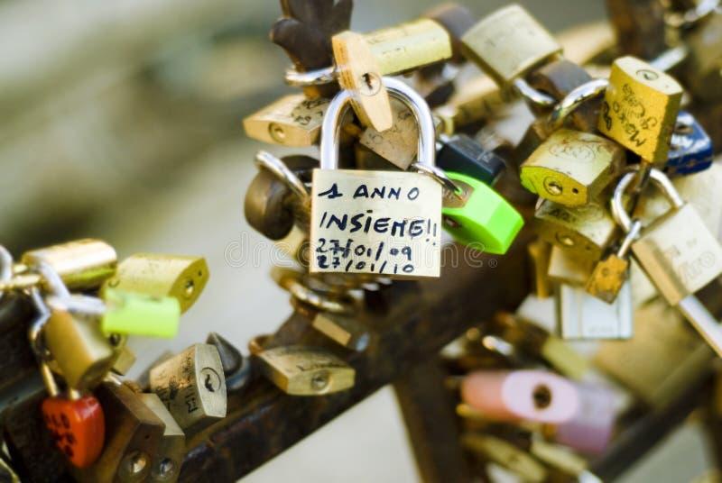 Promess di amore in vecchio del ponte. Un anno insieme immagine stock