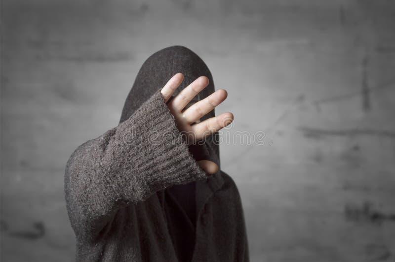 Promi versteckt Gesicht mit einer Hand von Paparazzi photographe stockbild