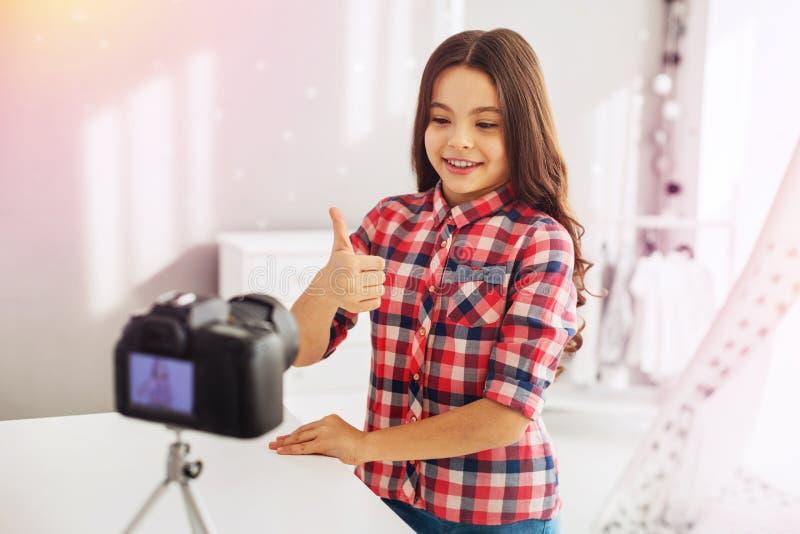 Promienieć przyglądającej się ślicznej preschool dziewczyny filmuje jej śmiesznego bloga dla zwolenników obraz stock
