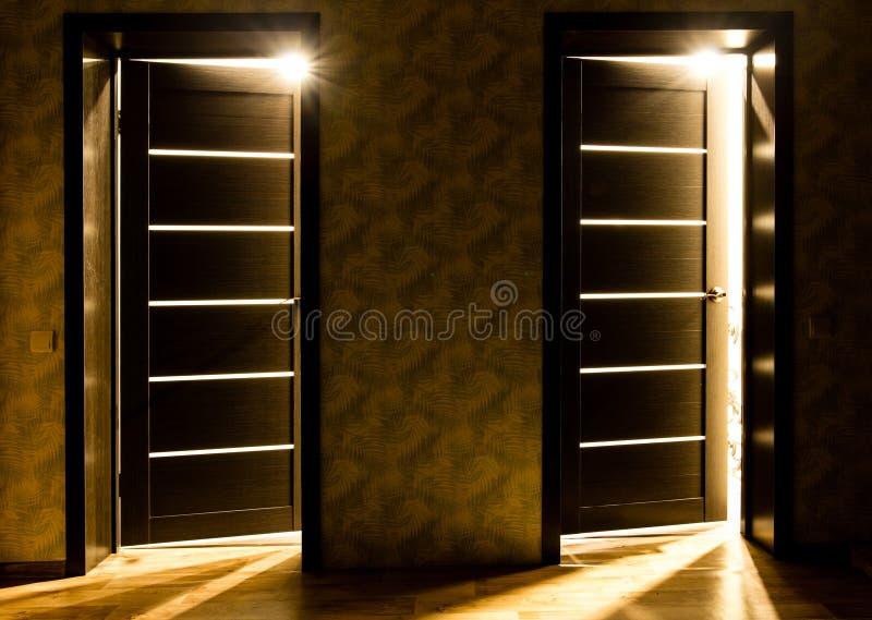 Promienie światło od drzwi w ciemnym pokoju zdjęcie stock