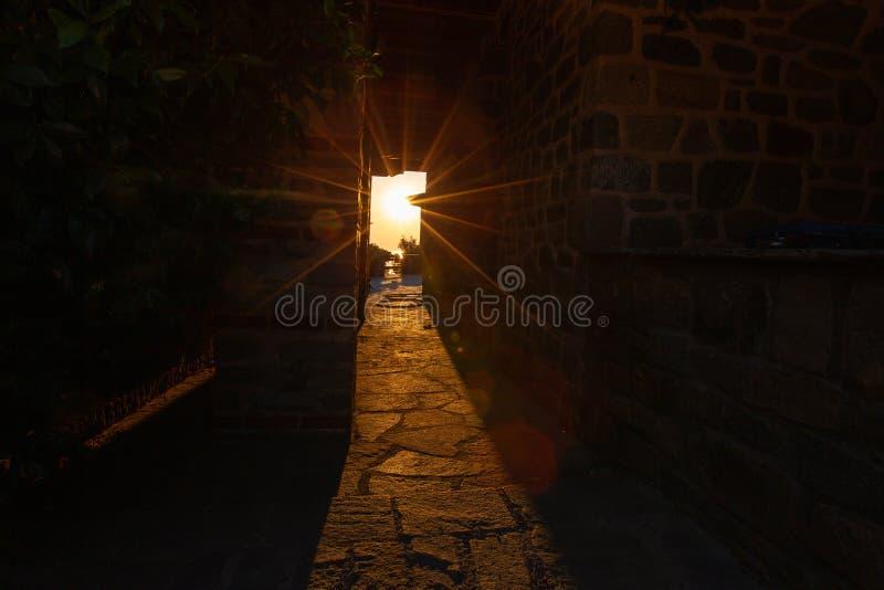 Promienie położenia słońca połysk przez przesmyka tęsk łuk budynek monaster na górze Athos obrazy stock