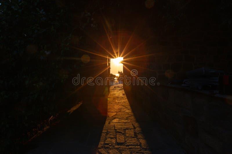 Promienie położenia słońca połysk przez przesmyka tęsk łuk budynek monaster na górze Athos zdjęcia royalty free