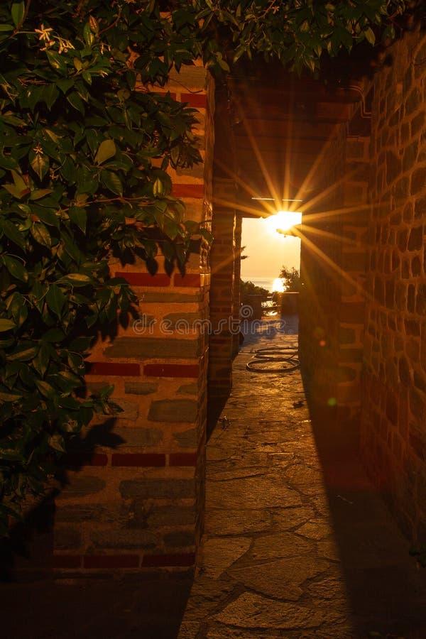 Promienie położenia słońca połysk przez przesmyka tęsk łuk budynek monaster na górze Athos zdjęcie stock