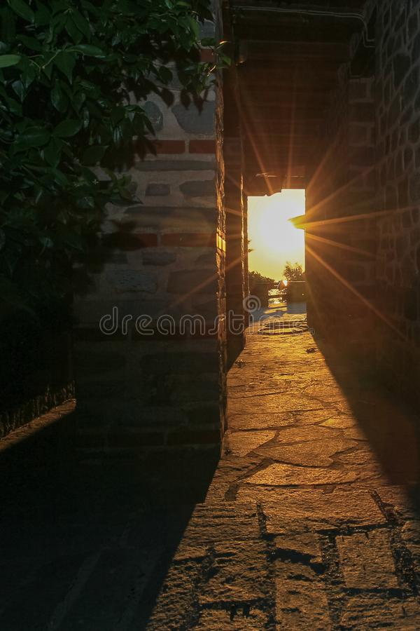 Promienie położenia słońca połysk przez przesmyka tęsk łuk budynek monaster na górze Athos zdjęcia stock