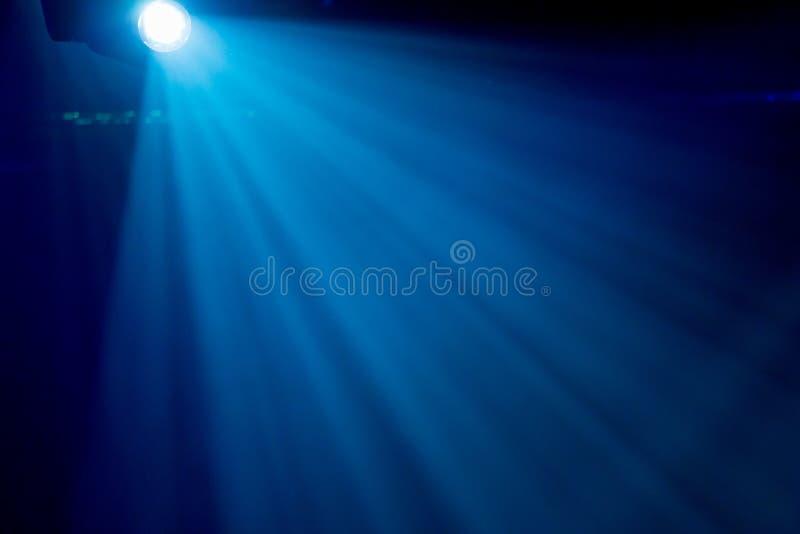 Promienie reflektory w dymu na scenie podczas występu obraz stock