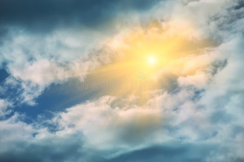 Promienie słońca jaśnienie w niebieskim niebie zdjęcia royalty free