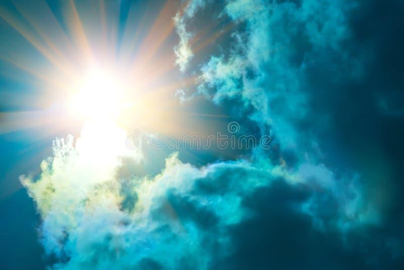 Promienie słońca jaśnienie w niebieskim niebie zdjęcia stock