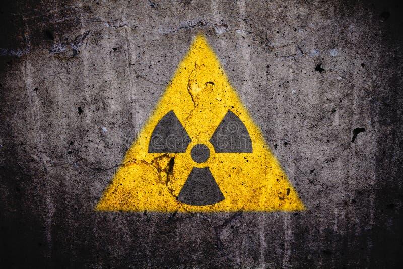 Promieniotwórczego atomowego jądrowego jonizacyjnego napromieniania niebezpieczeństwa ostrzegawczy symbol na betonowa ściana zmro obrazy royalty free