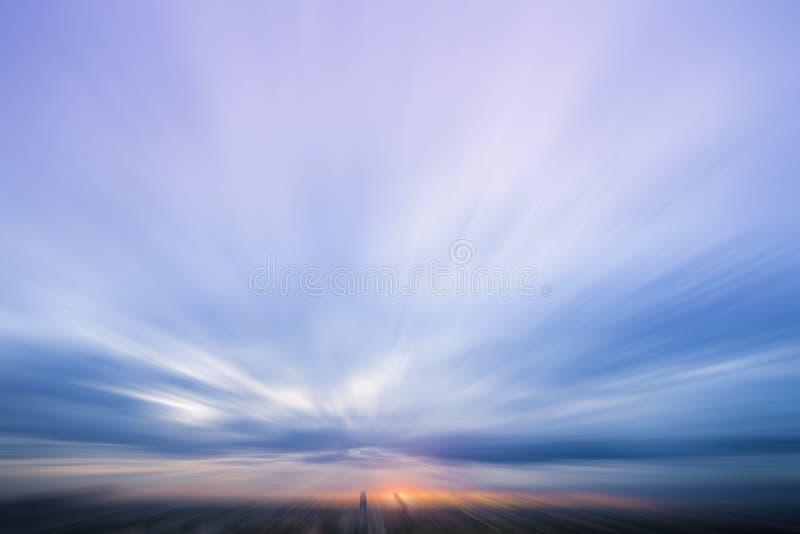 Promieniowa plama zmierzch z mrocznym niebem w mieście obraz stock