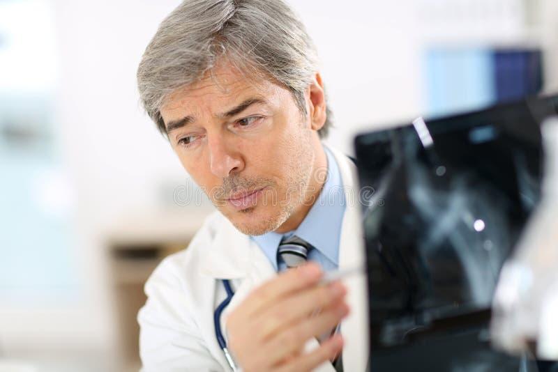 Promieniowanie rentgenowskie doktorscy target913_0_ rezultaty fotografia stock