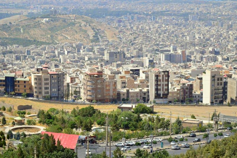 Promoção imobiliária na skyline iraniana da cidade de Karaj fotos de stock royalty free