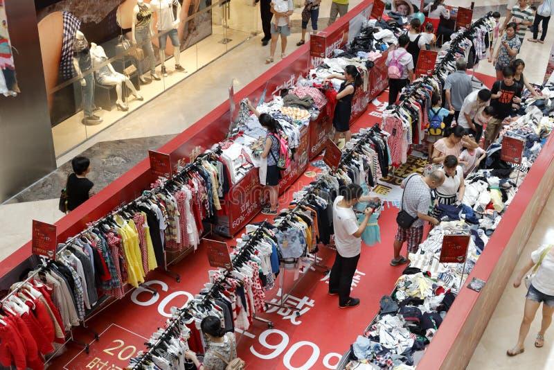 Promoción de la ropa del carnaval de las compras en alameda del wanda foto de archivo libre de regalías