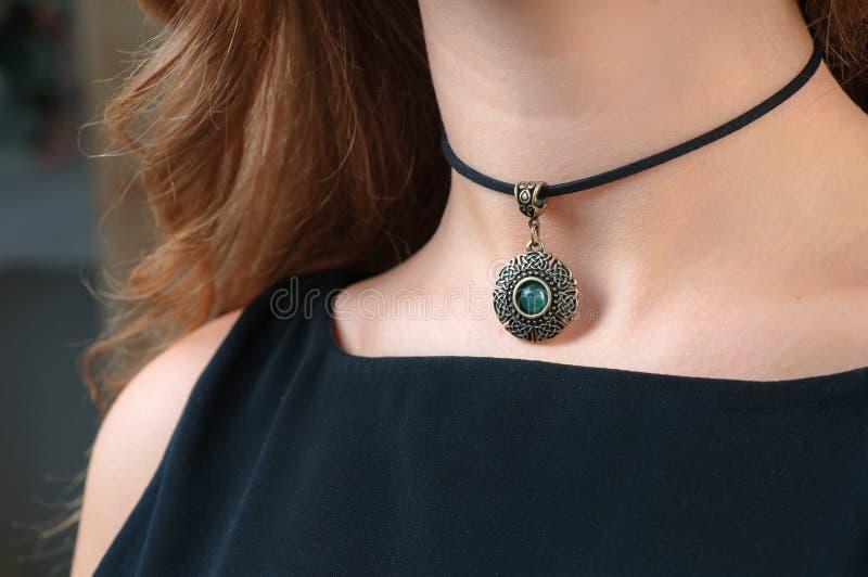 Promoción del collar de la mujer fotografía de archivo