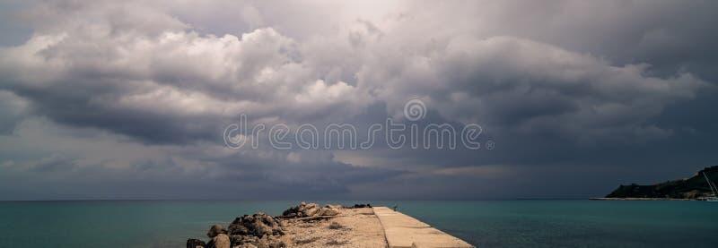 Promontório na baía de Alykes em Zante fotografia de stock