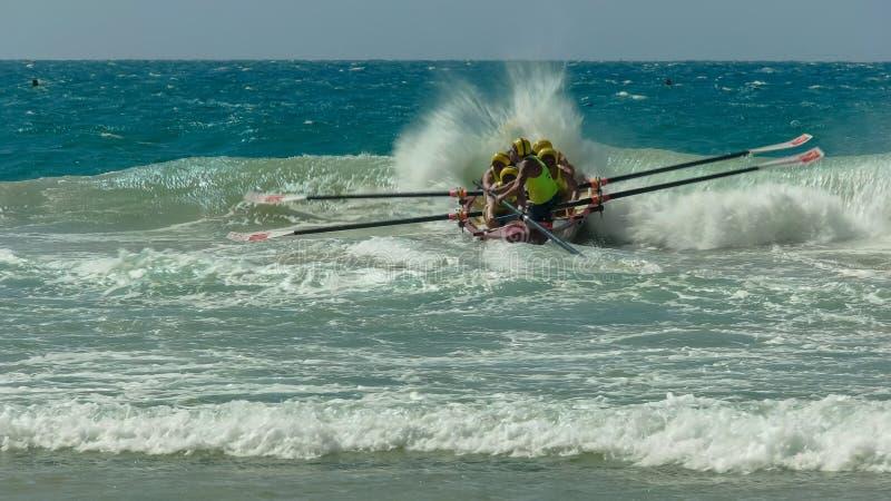PROMONTOIRE D'ALEXANDRA, QUEENSLAND, AUSTRALIE 24 AVRIL 2016 : un équipage de bateau de ressac au début d'une course photos libres de droits