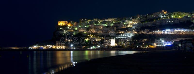 Promontoire de Peschici la nuit avec des réflexions image stock