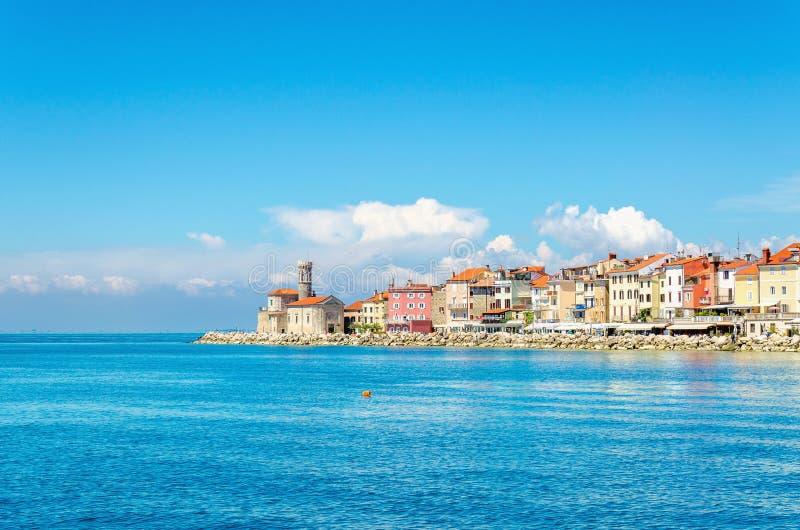 Promontoire rocheux avec un petit phare, Piran, Slovaquie, l'Europe image stock