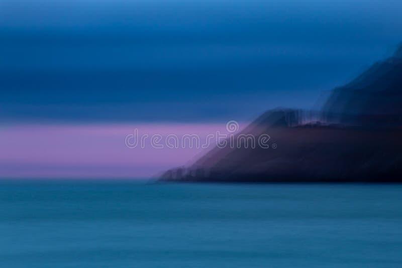 Promontorio de Artisitic que baja al mar en la oscuridad imagen de archivo libre de regalías