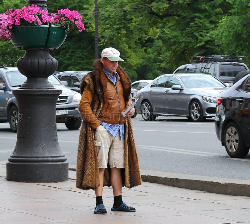 Promotore-Barker esagerato, prospettiva di Nevsky, St Petersburg, Russia, giugno 2019 fotografie stock libere da diritti