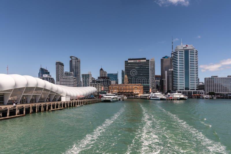 Promu Auckland i budynku linia horyzontu pod niebieskim niebem obrazy stock