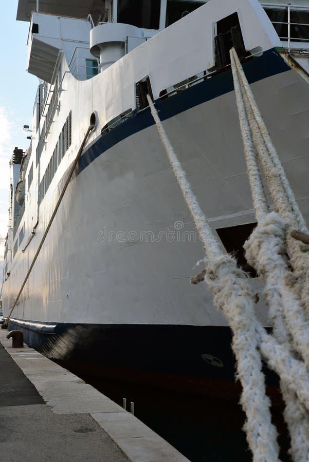 Promu statek przy dokiem zdjęcie stock