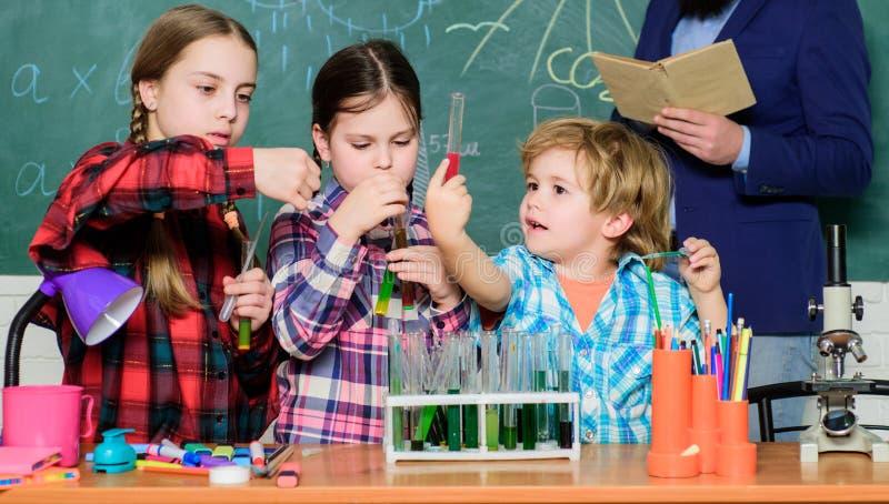 Promuova gli interessi scientifici Conoscenza pratica Bambini d'istruzione che dividono conoscenza importante Con esperienza vien immagine stock