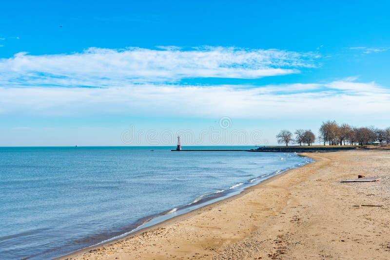Promuova la spiaggia in Chicago che guarda fuori verso il lago Michigan fotografie stock