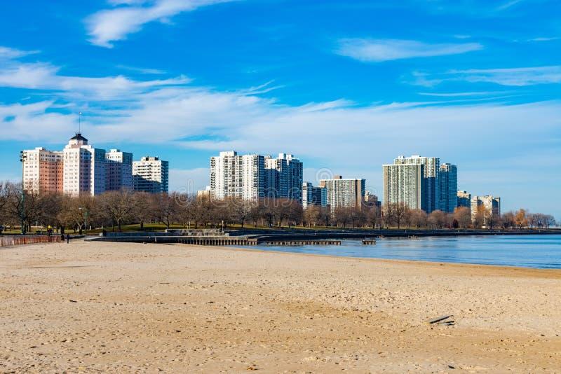 Promuova la spiaggia in Chicago con l'orizzonte della vicinanza di Edgewater immagini stock