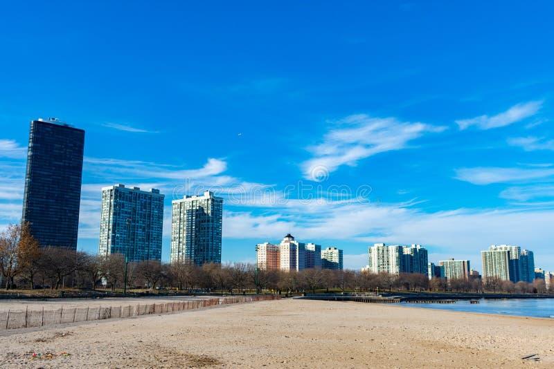 Promuova la spiaggia in Chicago con l'orizzonte della vicinanza di Edgewater fotografia stock