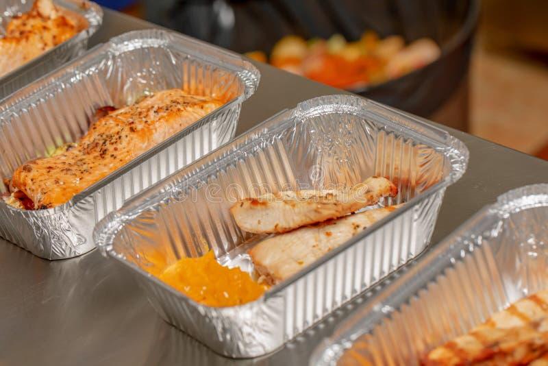 Pronti da mangiare multipli dei pasti imballati in contenitori di alimento eliminabili di alluminio, portano via il concetto sano immagine stock libera da diritti