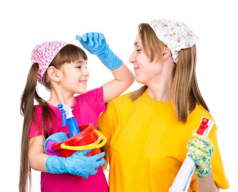 Pronto da mamã e da filha limpado na casa Isolado no branco fotos de stock