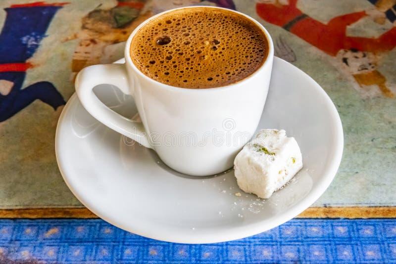 pronto para beber o café turco com loukoum no copo imagens de stock royalty free