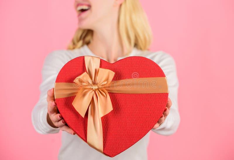 Pronto qualche cosa di speciale per lui Lei persona romantica Regalo dei biglietti di S. Valentino per il ragazzo Regalo speciale immagine stock