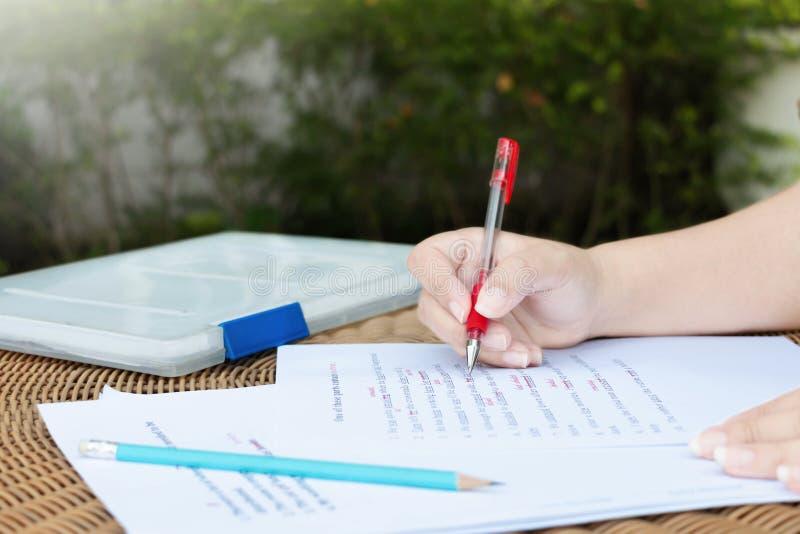 Proofreading бумага на таблице для редактирования стоковые фотографии rf