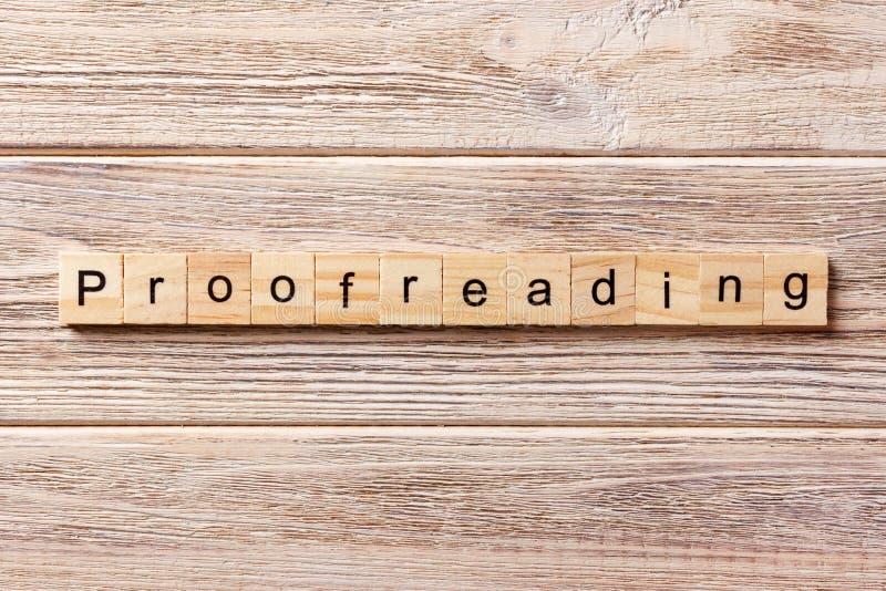 Proofreading słowo pisać na drewnianym bloku proofreading tekst na stole, pojęcie fotografia stock