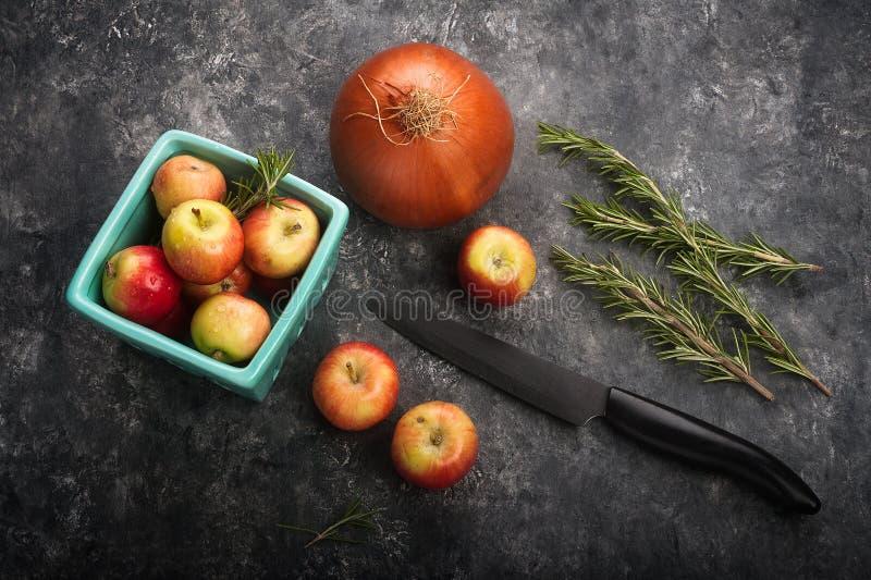 Propósito de arriba de preparar mini manzanas en una cesta de la producción, rosem imágenes de archivo libres de regalías