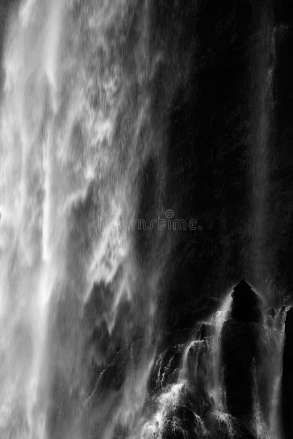Propósito enmascarado dramático de fluir de la cascada fotografía de archivo