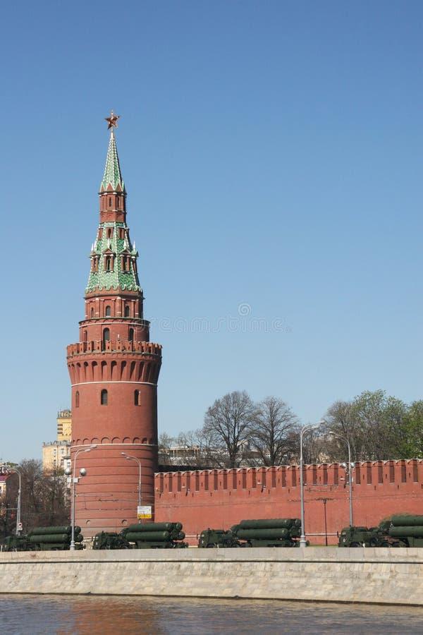 Propósito especial militar de Rocket cerca de la pared del Kremlin imágenes de archivo libres de regalías