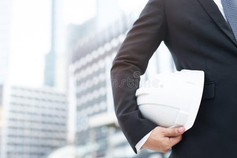 Propósito inicial cercano de dirigir al trabajador de construcción del contratista del traje del hombre de negocios imagen de archivo libre de regalías