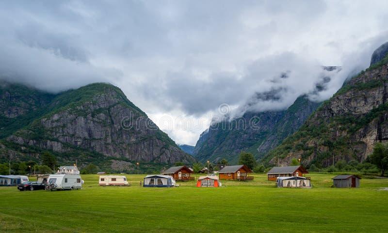 Propósito panorámico de acampar en el fondo escénico de la montaña, Eidfjord, Noruega foto de archivo libre de regalías