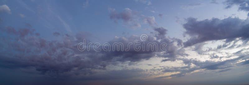 Propósito panorámico de igualar el cielo con las nubes, el cielo en el crepúsculo imagenes de archivo