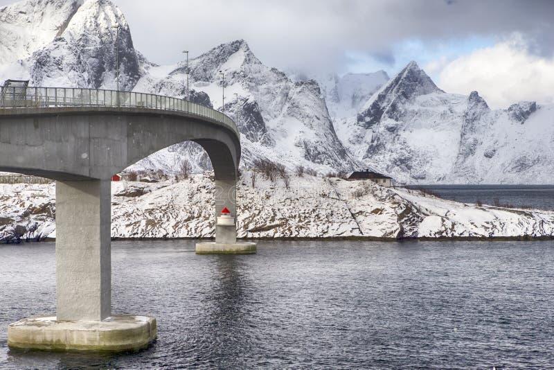 Propósito parcial de la ascensión famoso y puente renombrado de Fredvang en Noruega imagen de archivo libre de regalías