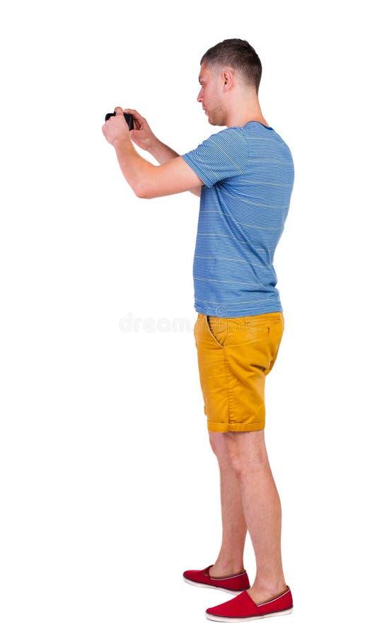 Propósito posterior de la fotografía del hombre turista en pantalones cortos imagen de archivo libre de regalías