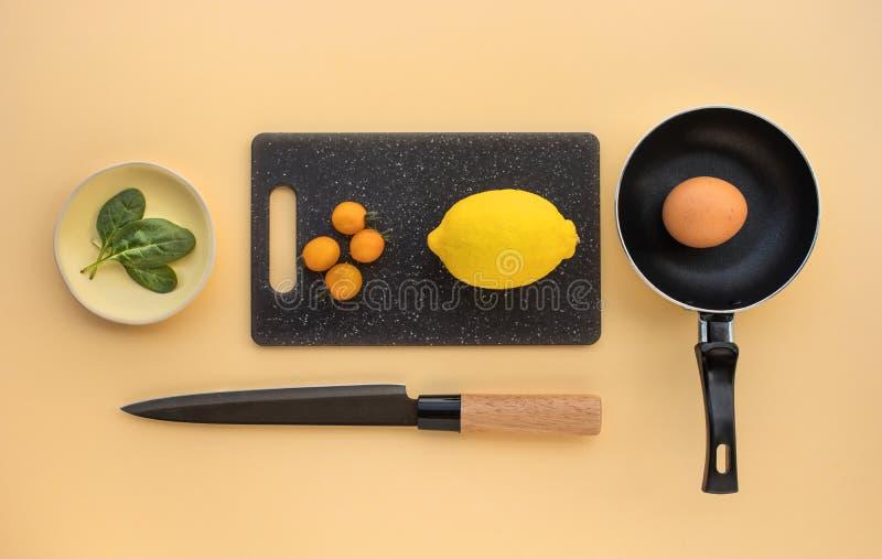Propósito superior de cocinar los ingredientes determinados en fondo de la tabla Alimento sano foto de archivo libre de regalías