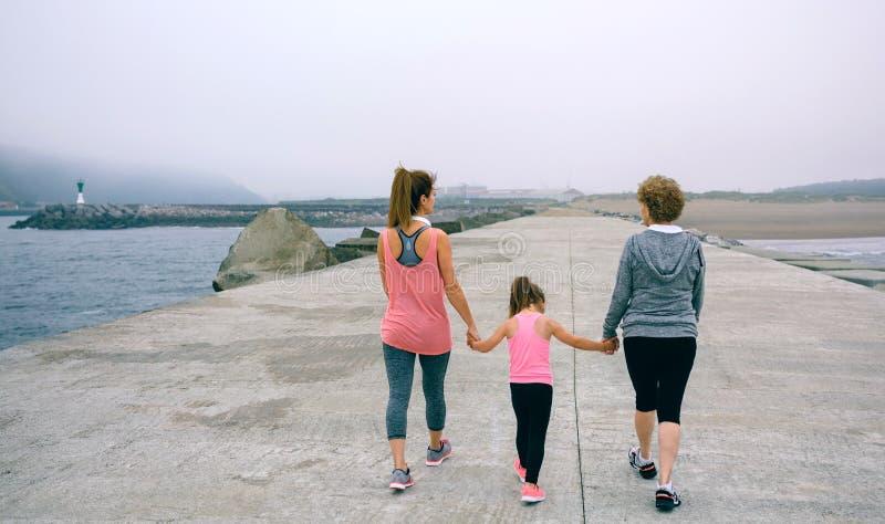 Propósito trasero de caminar femenino de tres generaciones fotografía de archivo libre de regalías