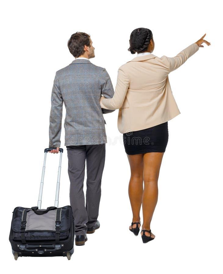 Propósito trasero de señalar pares que van interraciales con la maleta fotografía de archivo