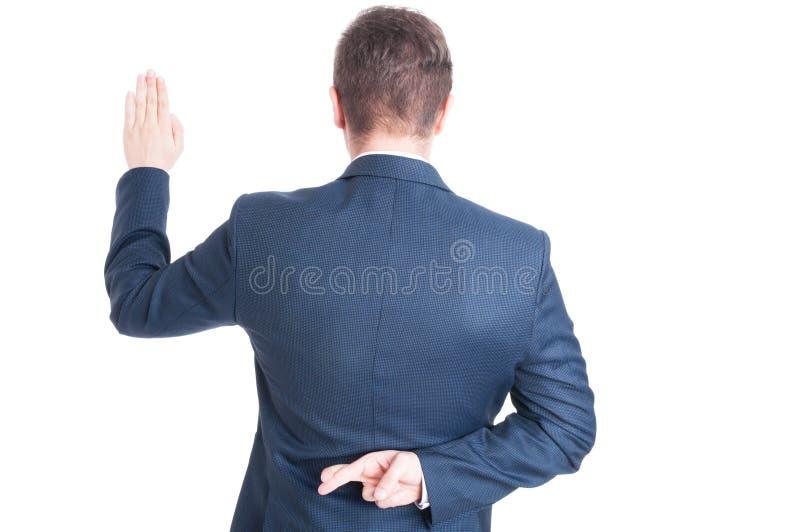 Propósito trasero de tomar juramento y de sostener los fingeres cruzados foto de archivo libre de regalías