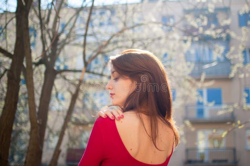 Prop?sito trasero de sorprender a la muchacha alegre con los labios sensuales lindos que disfruta de la primavera en la ciudad du fotos de archivo libres de regalías